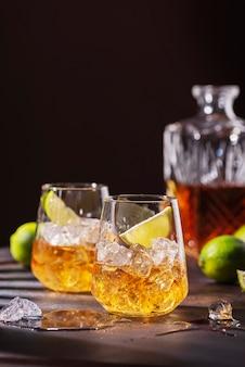 Cubaanse sterke rum met ijs en limoen