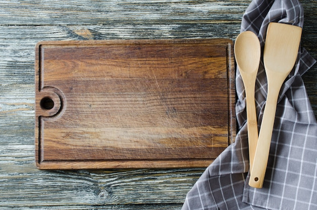 Culinaire achtergrond met rustieke keukengerei op vintage houten tafel.