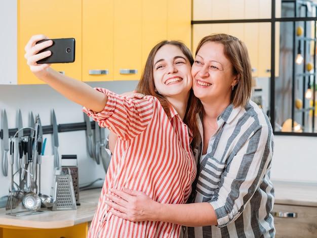 Culinaire blogmomenten moeder en dochter hebben plezier in de keuken