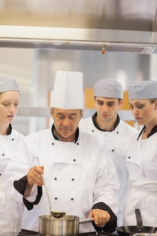 Culinaire klasse leren om soep te maken
