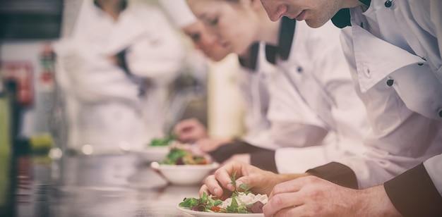 Culinaire les in het maken van salades in de keuken