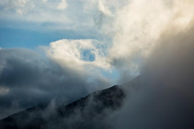 Cumulonimbus in serra del cadi, cerdanya, pyreneeën, spanje