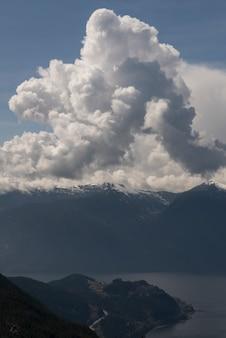 Cumuluswolk over bergen, bc kust, kustbergen, squamish, brits colombia, canada