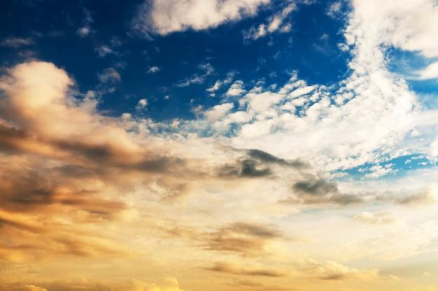 Cumuluswolken van grijs en wit tegen de blauwe hemel. gefotografeerd close-up.