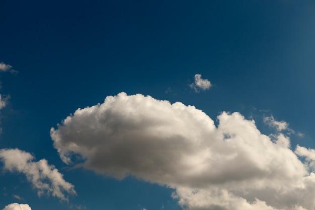 Cumuluswolken zijn wit op een blauwe hemel. gefotografeerd close-up.