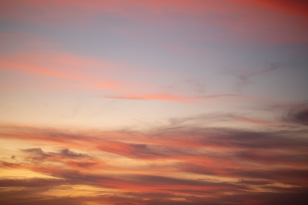 Cumuluszonsondergangwolken met zon die op donkere achtergrond optekenen