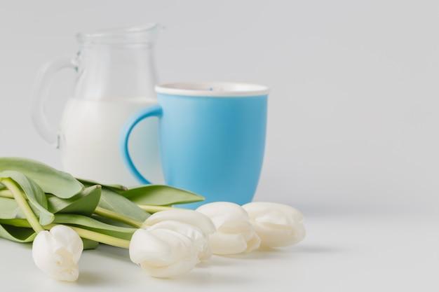 Cup en witte tulpen