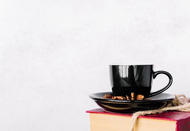 Cup op een boek