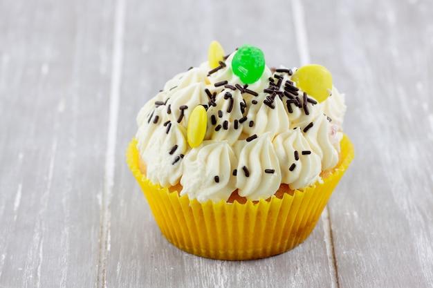 Cupcake-citroen versierd met snoepkleuren en chocoladeschilfers