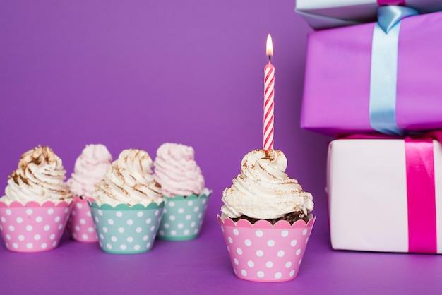 Cupcake met aangestoken kaars
