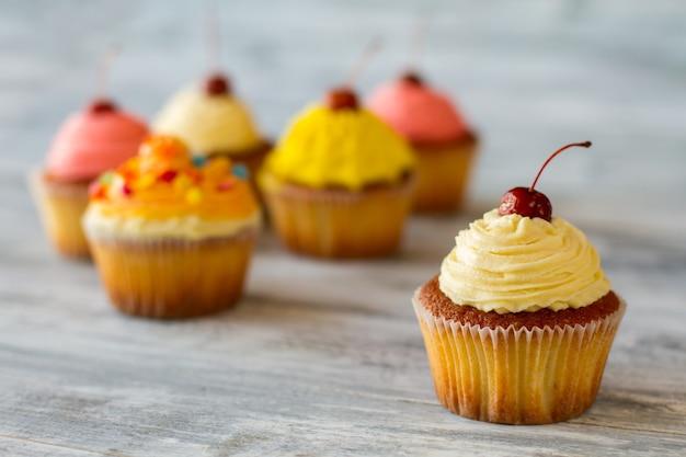 Cupcake met beige glazuurkers op de top van room, probeer het nieuwe, eenvoudige smakelijke dessert