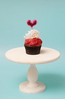 Cupcake met decoratiesnoepjes in hartvorm voor valentijnsdagfeest of menu