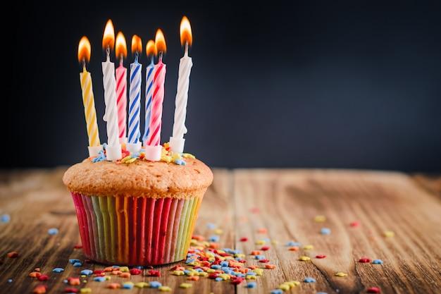 Cupcake met feestelijke aangestoken kaarsen