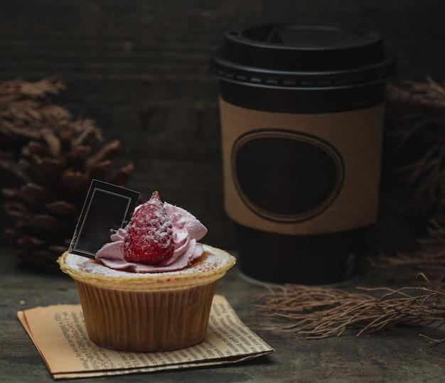 Cupcake met framboos en chocolade.
