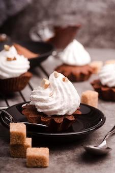 Cupcake met suikerglazuur en suikerklontjes