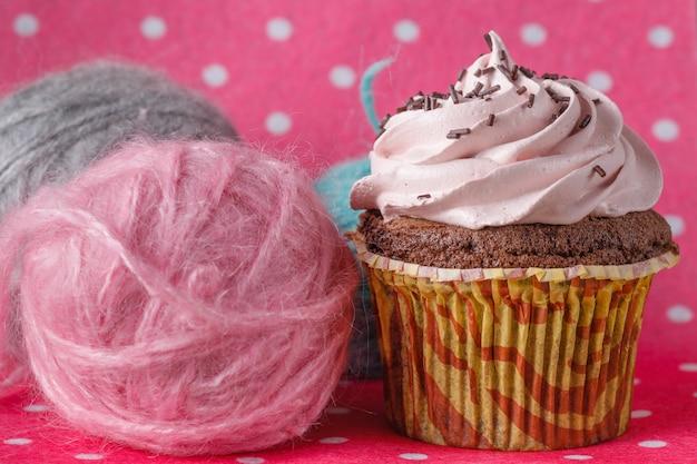 Cupcake op gekleurde roze ruimte