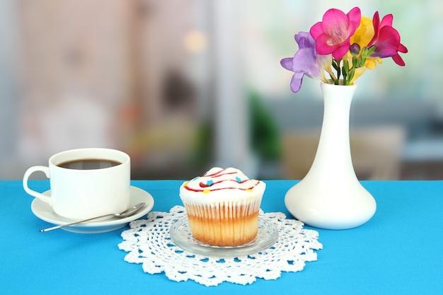 Cupcake op schotel met glazen deksel op blauw