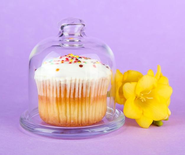 Cupcake op schotel met glazen deksel