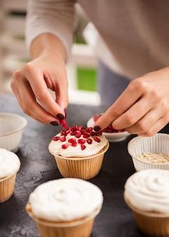 Cupcake versierd met granaatappelzaden