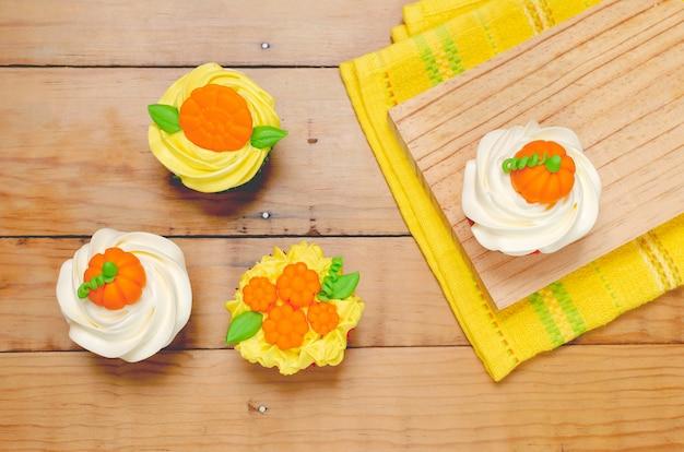 Cupcake versierd met roomkaasglazuur en fondant voor halloween-feest