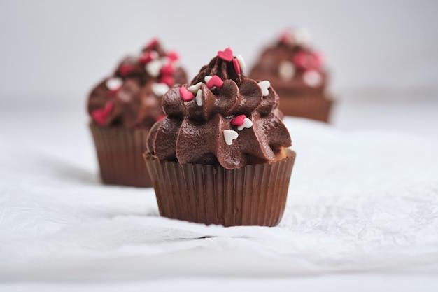 Cupcakes als cadeau voor dierbaren. oranje cupcakes met chocoladeroom.