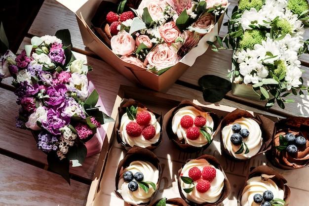 Cupcakes en bloemen in doos