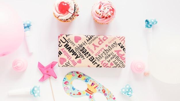 Cupcakes en decoratie dichtbij heden