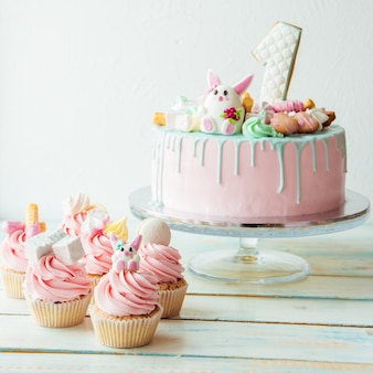 Cupcakes en roze verjaardagstaart een jaar oud