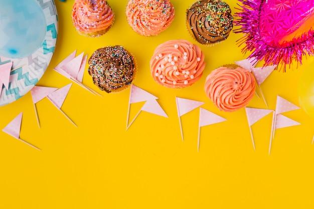 Cupcakes en vlaggen in de lijn liggen