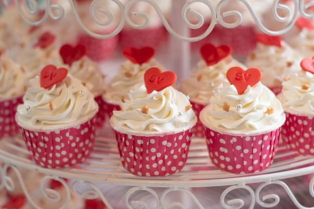 Cupcakes geplaatst op de buffetlijn