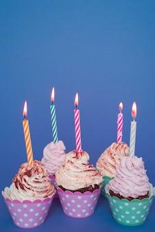 Cupcakes met aangestoken kaars