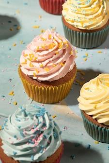 Cupcakes met glazuur arrangement hoge hoek