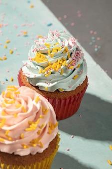 Cupcakes met glazuur hoge hoek