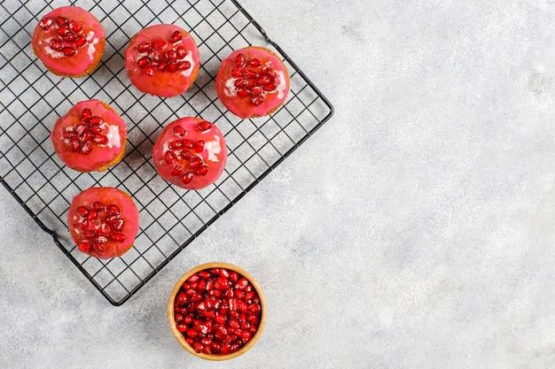 Cupcakes met granaatappel topping en zaden.