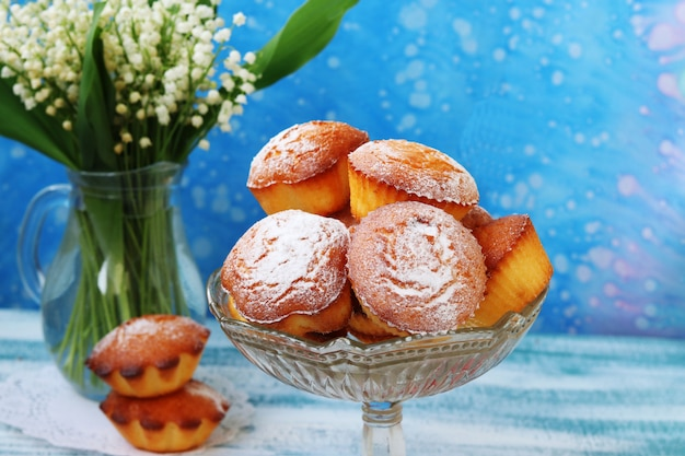 Cupcakes met griesmeel op kefir in een transparante vaas op een blauwe achtergrond.