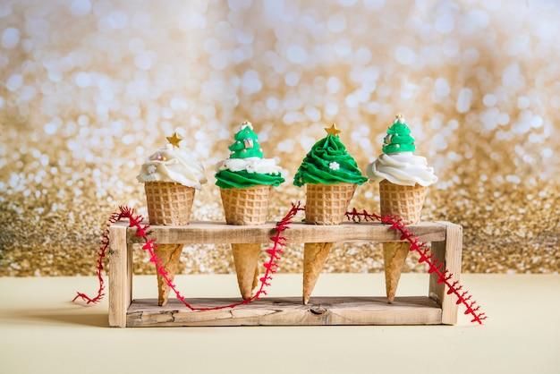 Cupcakes met ijs voor kersttijd