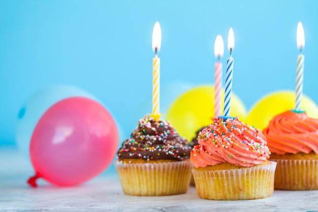 Cupcakes met kaarsen en ballonnen