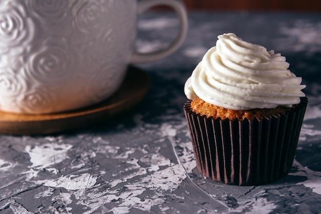 Cupcakes met kopjes koffie.