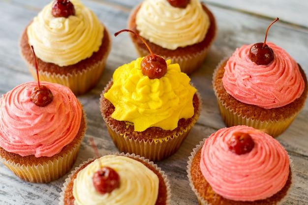 Cupcakes met lichte glazuur, kleine gebakken desserts deeg en botercrème lekkernijen voor de gasten