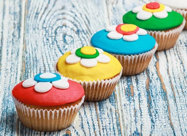 Cupcakes met mastiek op houten wordt behandeld die