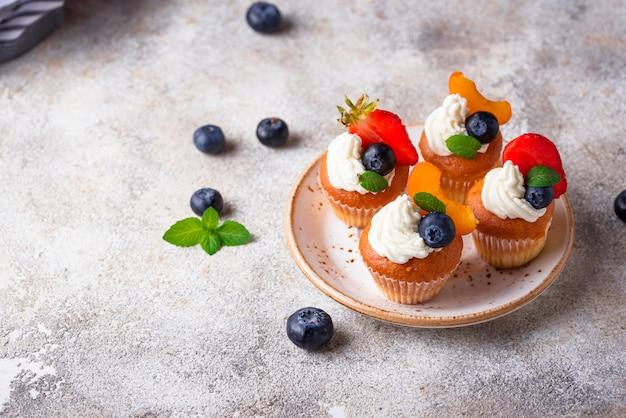 Cupcakes met room en bessen