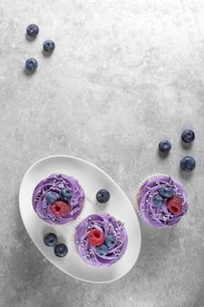Cupcakes met room op een witte plaat