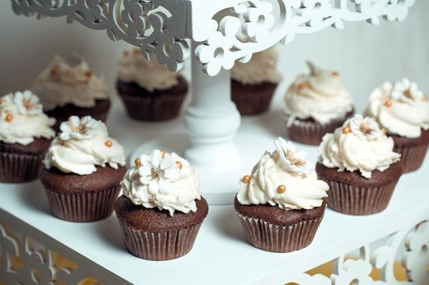 Cupcakes op een standaard.