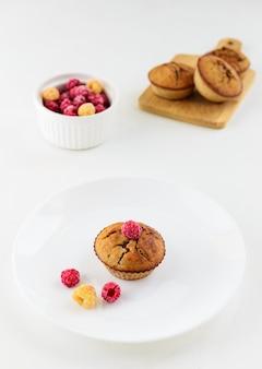 Cupcakes van kokos- en amandelmeel met frambozen.