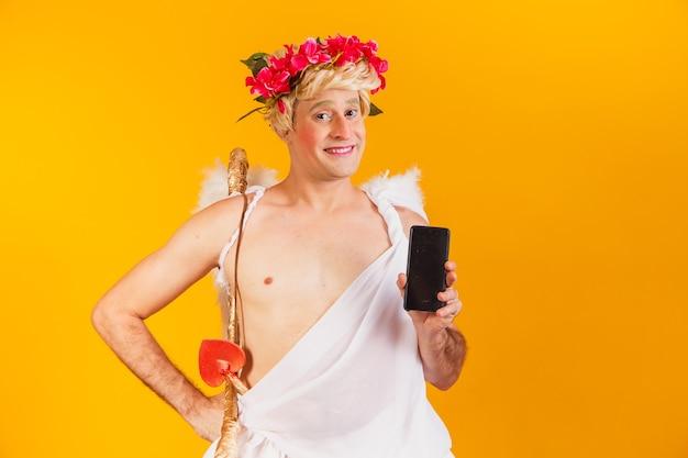 Cupido met mobiele telefoon. valentijnsdag Premium Foto