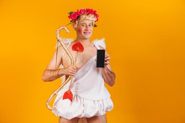 Cupido met mobiele telefoon. valentijnsdag