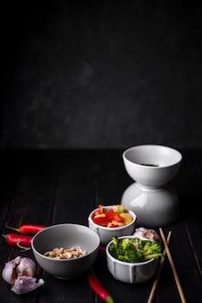 Cups met groenten met pinda's en eetstokjes