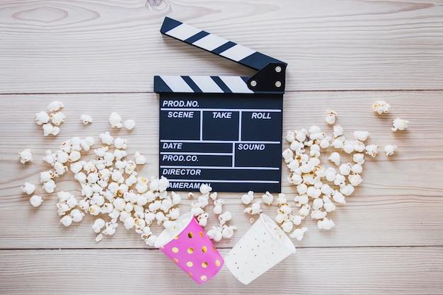 Cups met popcorn en clapboard