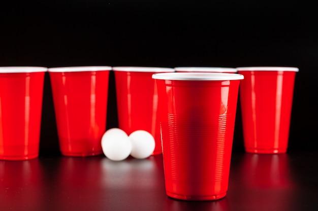 Cups spel beer pong op de tafel