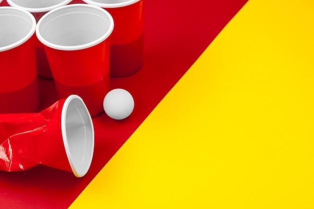 Cups voor game beer pong op de tafel